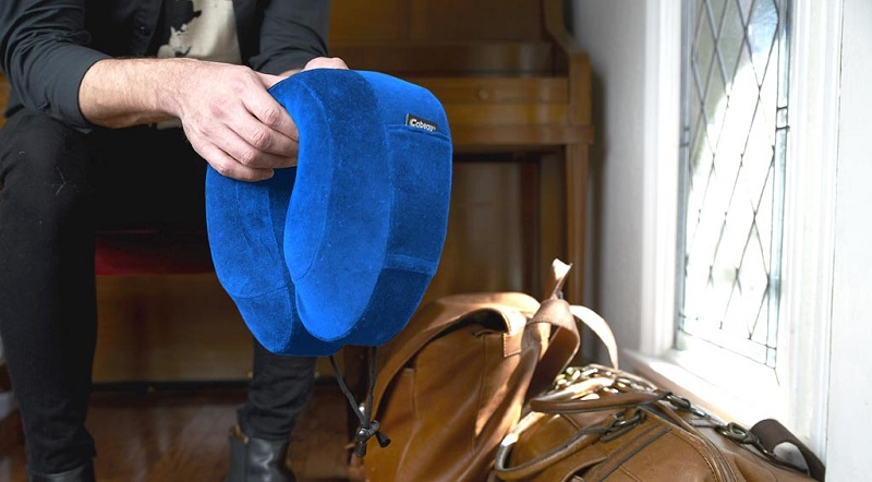 người đàn ông mặc áo đen cầm đầu gối cải tiến classic màu xanh
